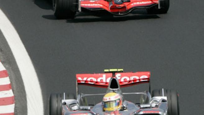 Lewis Hamilton (delante) y Fernando, ambos de McLaren, se la juegan hoy en Interlagos.