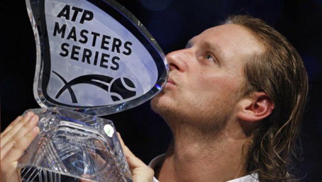 El tenista argentino David Nalbandián besa el trofeo tras vencer al suizo Roger Federer. (PACO CAMPOS / EFE)