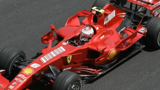 Kimi Raikkonen conduce su bólido durante el Gran Premio de Brasil. (PAULO WHITAKER / REUTERS)