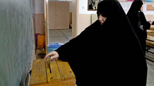 Una mujer procede a votar en el referéndum.