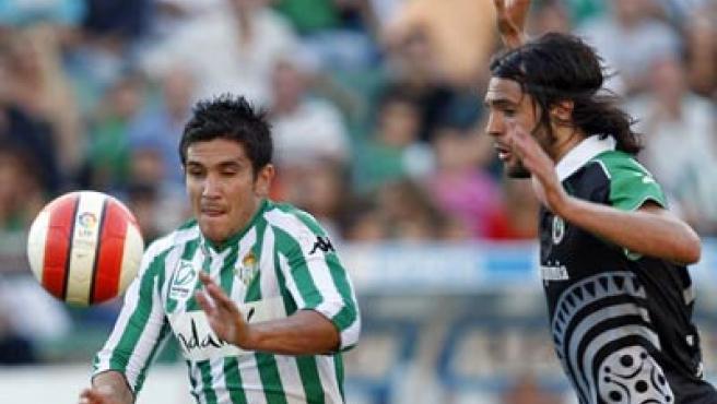 El delantero del Real Betis Xisco y el defensa del Racing de Santander Sergio Sánchez.