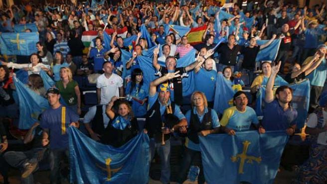 Los seguidores de Fernando Alonso durante el Gran Premio de Brasil en el auditorio Principe Felipe de Oviedo (EFE).