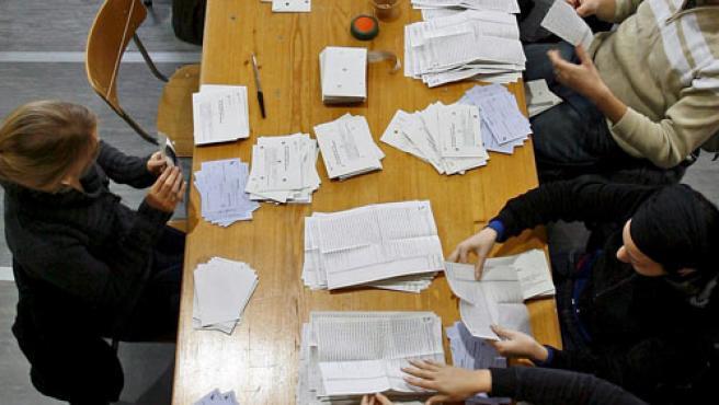 Funcionarios electorales recuentan los votos.