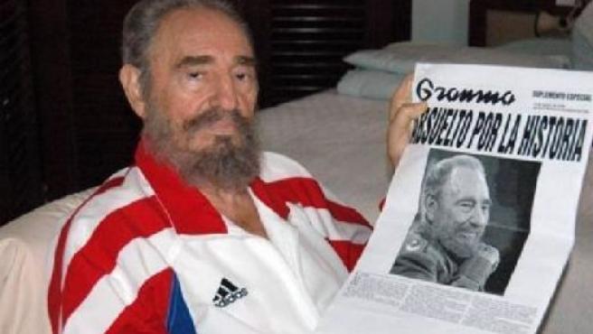 El líder cubano muestra una edición de Gramma (REUTERS)
