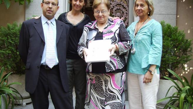 Família de Jaume Casademont mostrando el libro, la primera actividad de la Fundación que lleva su nombre