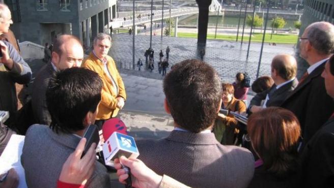El juez, los abogados y los peritos observan las dos pasarelas