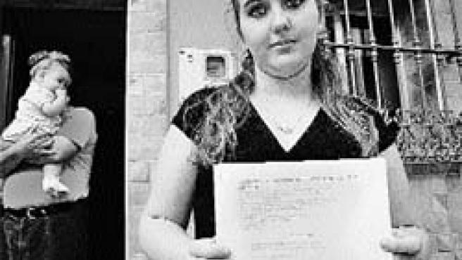 Rocío con la resolución de la jueza a la puerta de su casa, en una foto de archivo.(Kako Rangel)