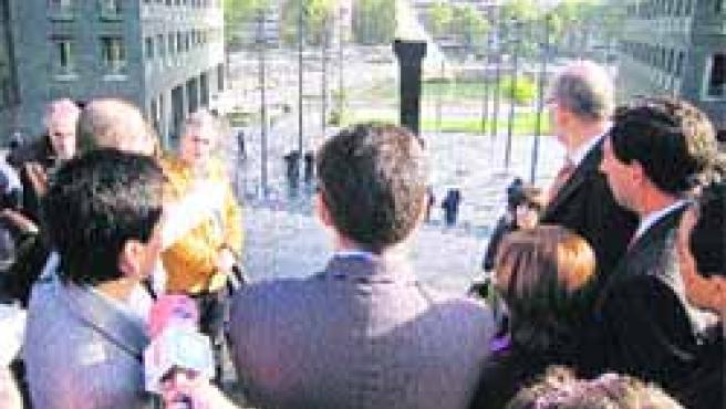 El juez escucha las explicaciones de los abogados, ayer, frente a la plaza de la Convivencia.(M.R.)