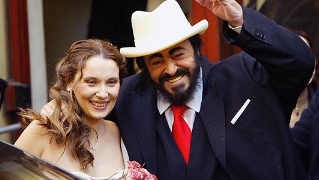 Pavarotti, junto a su mujer, el día de su boda.