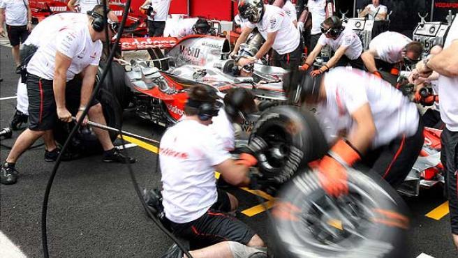 Los mecánicos de McLaren hacen pruebas en Interlagos. (Efe)