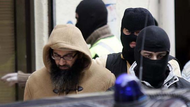 El líder de la célula islamista desarticulada este miércoles en Burgos, al ser detenido por la Policía. (Félix Ordóñez / Reuters).