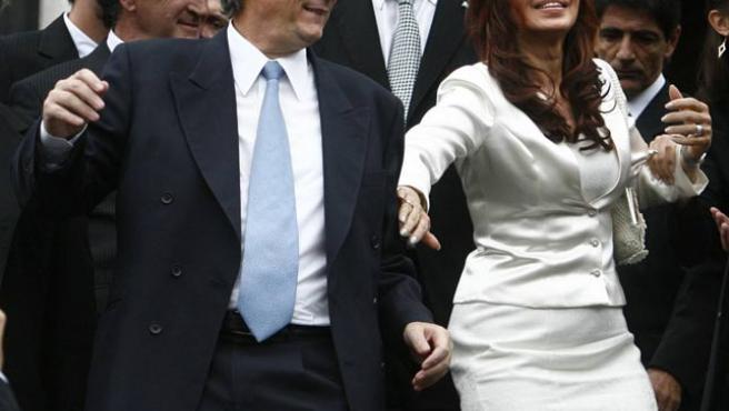Néstor Kirchner y su esposa, Cristina, saliendo del Congreso junto al vicepresidente, Daniel Scioli (atrás) (Leo La Valle / EFE).