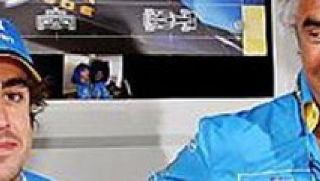 Una imagen de archivo de Fernando Alonso con Flavio Briatore. Alonso aún era piloto de Renault.