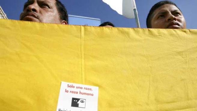 """Momento de la concentración bajo el lema """"Todos contra el racismo"""", en Madrid."""