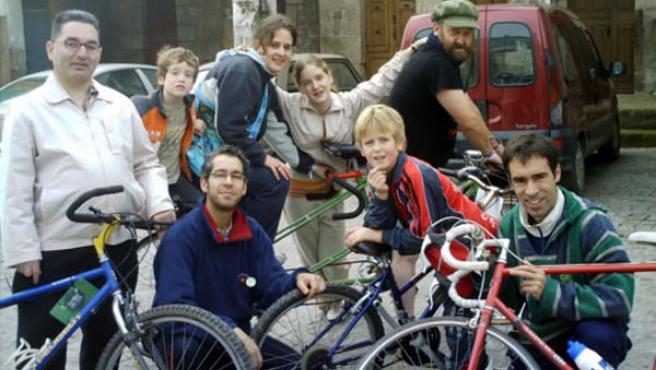 Anxo Moure (con gorra) junto al resto de miembros de la ONG Bicis pola Paz