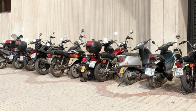 Fila de motos aparcadas.