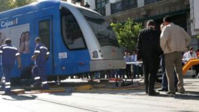 Los operarios levantando el vagón descarrilado.