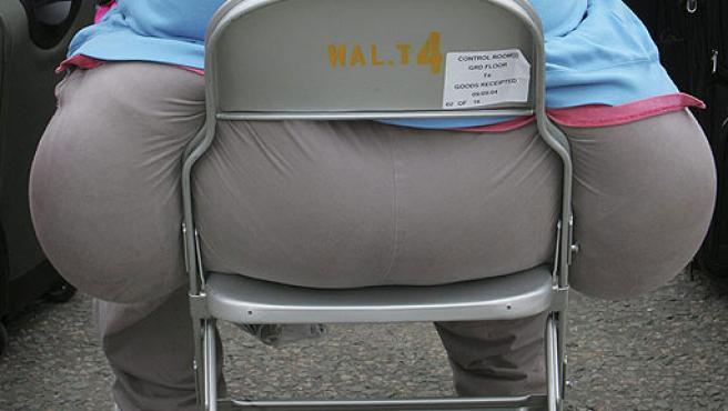 Un pasajero espera sentado en el aeropuerto de Heathrow, en Londres. En este país, casi el 20% de los adolescentes sufren de obesidad.