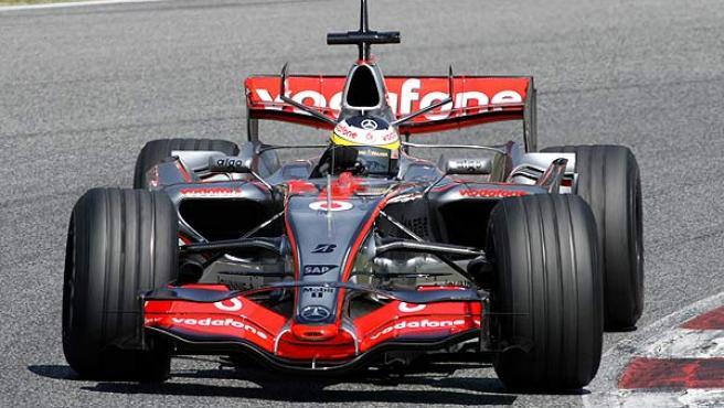 Pedro de la Rosa pone a prueba el nuevo alerón delantero de McLaren.