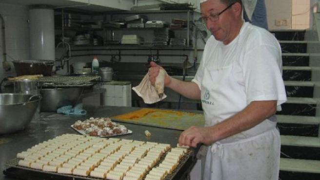 Manzanares rellena los huesos con la pasta a base de yema.
