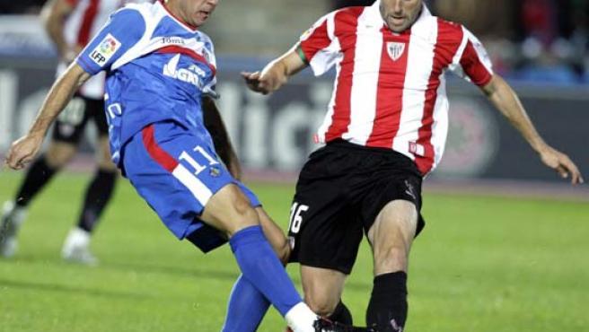El extremo del Betis Mark González intenta salvar del gol de Cruchaga ante la mirada de su compañero Ricardo y de Flaño, de Osasuna (EFE).