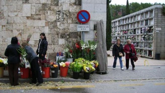Entrada del Cementerio de Girona con las paradas de flores en el exterior el día de Todos los Santos