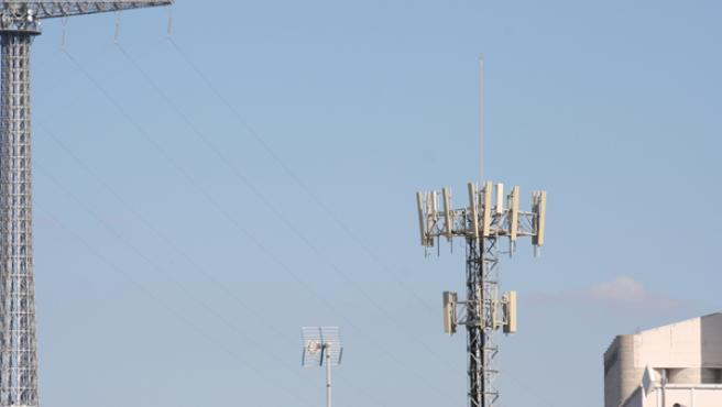 Las ondas electromagnéticas que emiten estas antenas y estaciones de servicio preocupan sobremanera a los vecinos. JOSÉ GARCÍA.