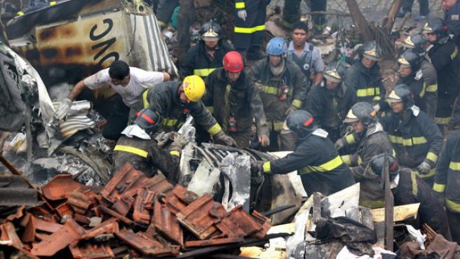 Los bomberos trabajan en el lugar donde se produjo el siniestro.