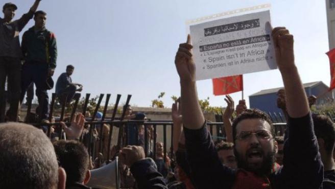Mil personas se congregaron en la frontera de Melilla contra la visita de los Reyes. EFE