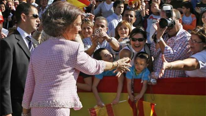 Doña Sofía saluda a los vecinos ceutíes. Jose Manuel Vidal / EFE.