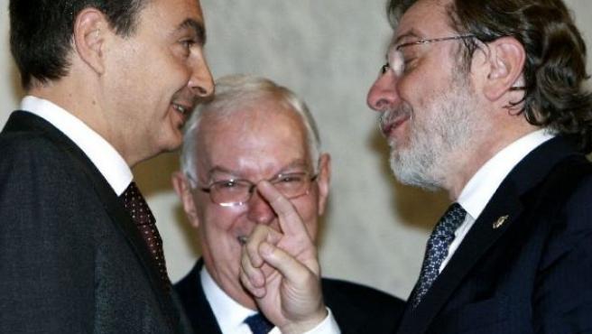 Zapatero y Cebrián dialogan en la RAE (EFE)