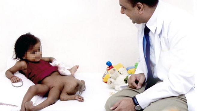 Lakshmi, junto al doctor. (AP Photo)