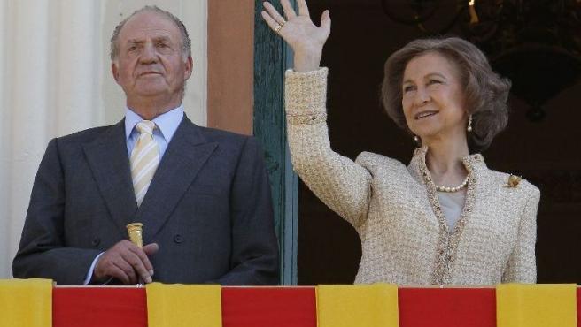 Sus majestades Don Juan Carlos y Doña Sofía estarán hoy de regreso en Madrid. SERGIO BARRENECHEA/EFE