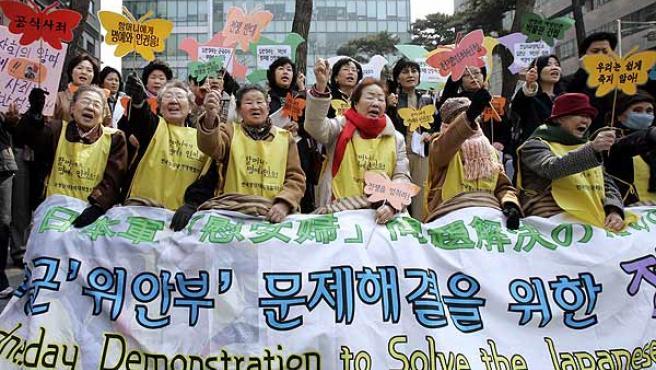 Esclavas sexuales coreanas protestan frente a la embajada japonesa en Seúl. (Lee Jin-man / AP Photo)