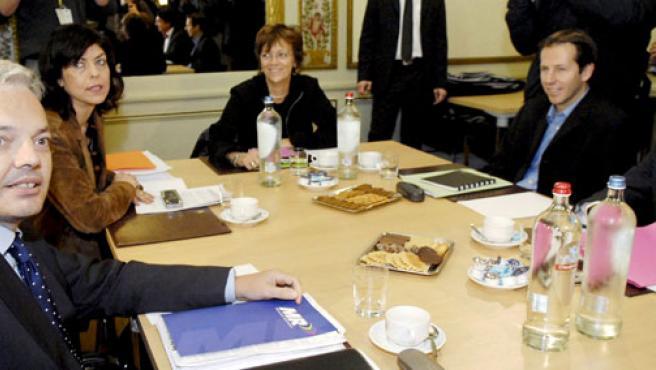 Varios políticos francófonos conversan en el Parlamento belga.