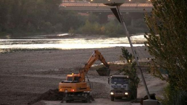 Dos máquinas trabajan en el dragado del río Ebro a su paso por Zaragoza.