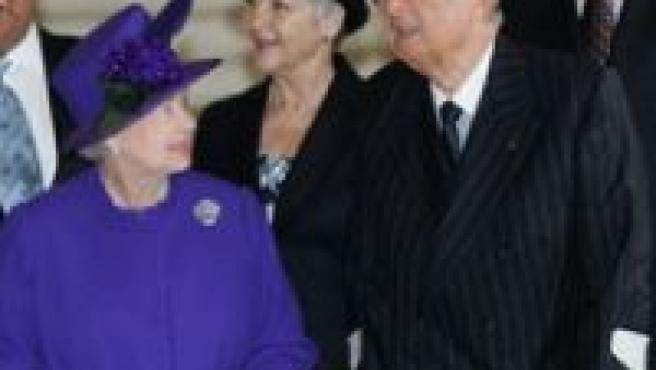 Alberto II de Bélgica, con Isabel II de Inglaterra. (REUTERS)