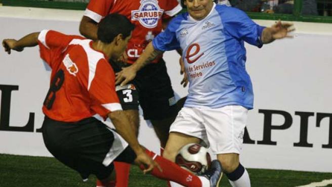 Diego Armando Maradona (d), disputa el balón durante un partido de showbol, modalidad de fútbol que se juega en un estadio cubierto en la que participan dos equipos de siete jugadores (Efe).
