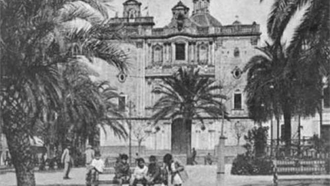 Una foto de la época en la Plaza de la Merced que quedaría en ruinas tras el seísmo.