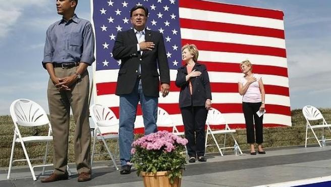 Obama con Bill Richardson y Hillary Clinton en el momento de la polémica.