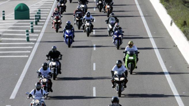 Varios motoristas que participaron el año pasado en la primera manifestación de Unidad Motera. (ARCHIVO)