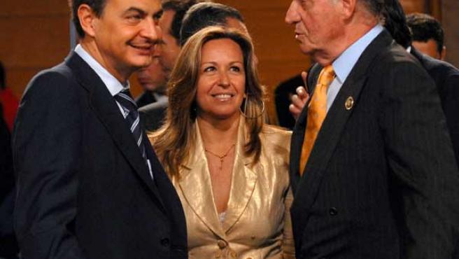 El Rey Juan Carlos conversa con la secretaria de Estado para Iberoamérica, Trinidad Jiménez, y el jefe del Gobierno, José Luis Rodríguez Zapatero (EFE / Iberchile).
