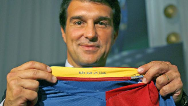 Joan Laporta con la camiseta del Barça. (EFE)