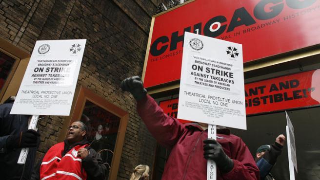 """Los tramoyistas se manifiestan frente a un teatro donde representan el musical """"Chicago""""."""