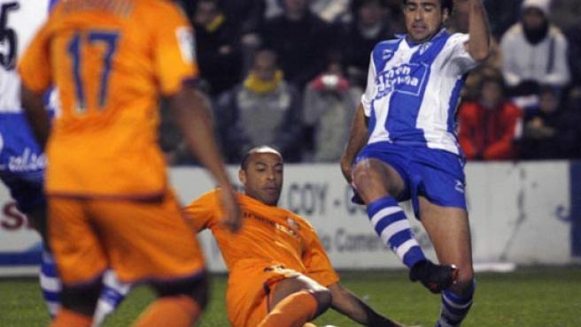 El delantero del Barcelona Henry intenta llevarse el balón ante un defensa del Alcoyano en El Collao (Morell/EFE).