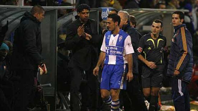 Frank Rijkaard (2i) y Carrión, jugador del Alcoyano. (Efe)