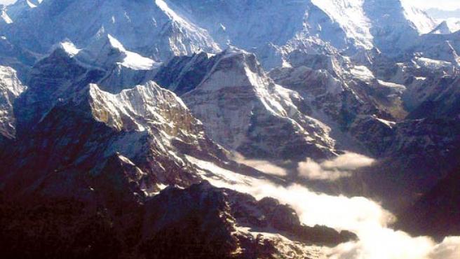 El monte Everest es la montaña más alta de la Tierra, con 8.848 metros de altitud sobre el nivel del mar.