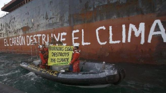 La pintada en el casco del buque (EFE).