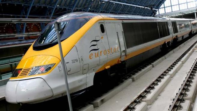 Un tren de alta velocidad Eurostar espera su salida hacia París desde la renovada estación de Saint Pancras.