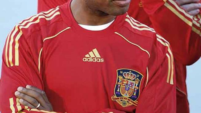 Marcos Senna, con la nueva camiseta de la selección española. (Efe)